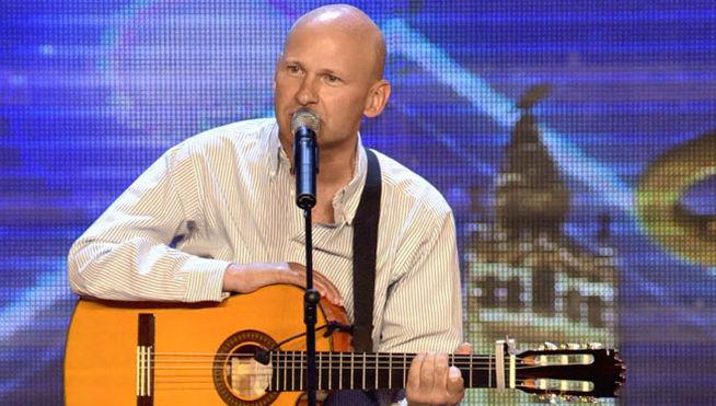 Steve Dalmas toca la guitarra con una sola mano